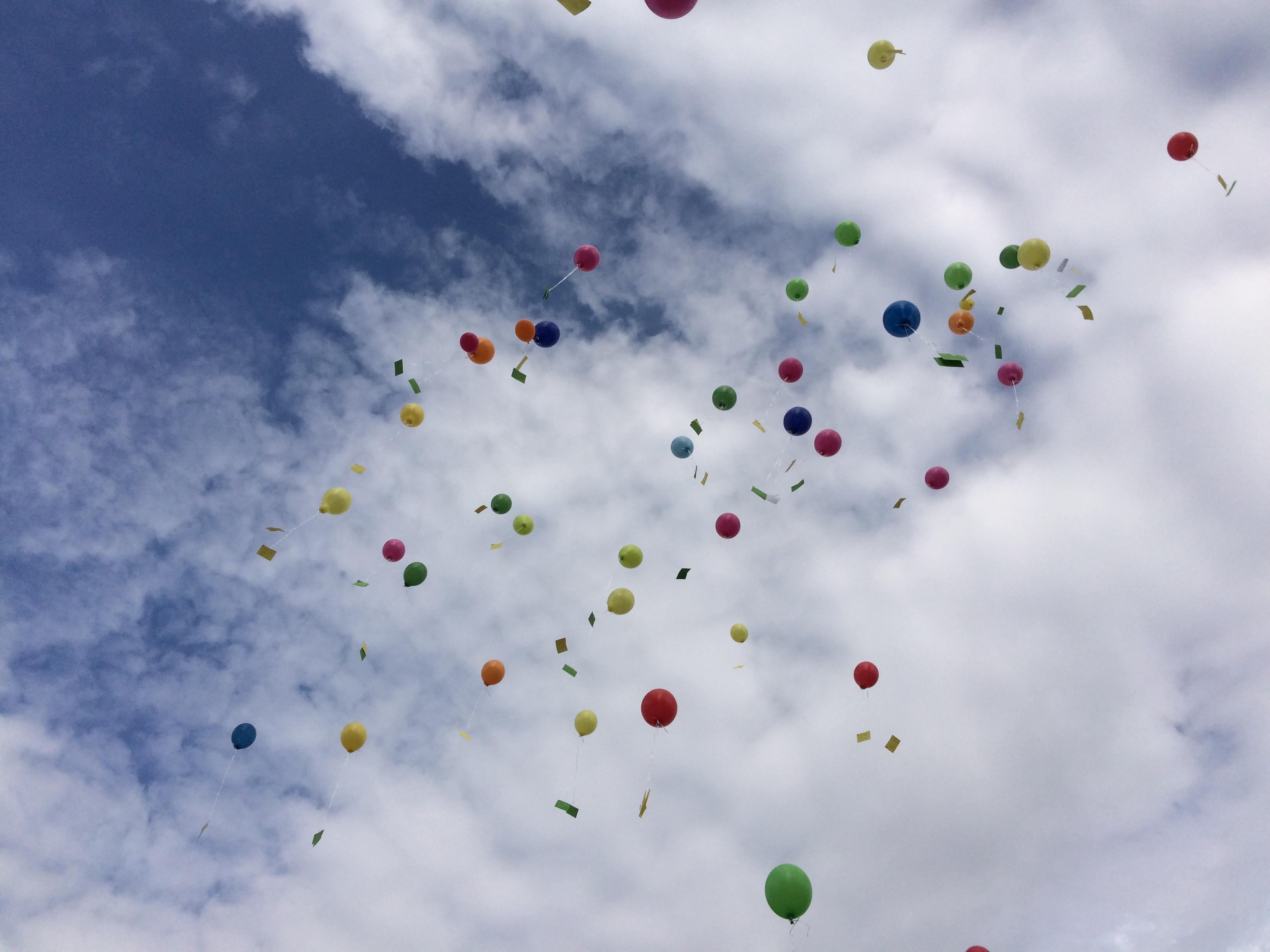 aufsteigende Luftballons mit Briefen